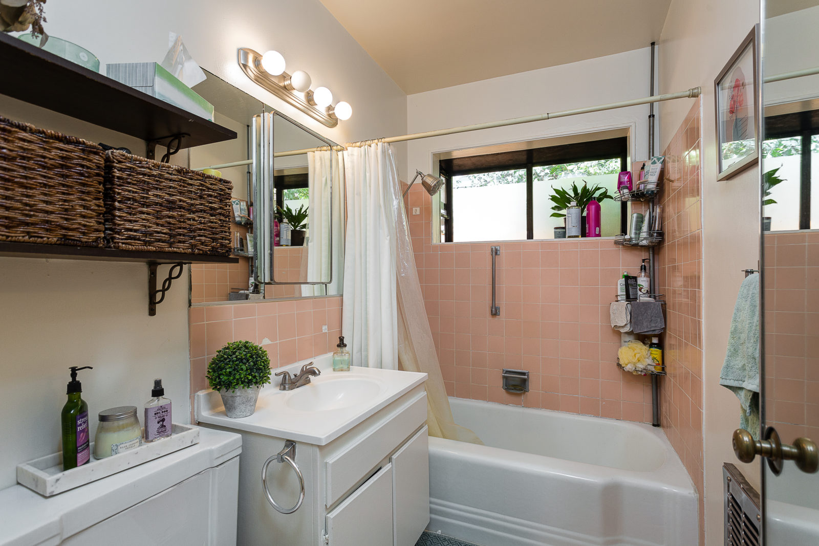 Bathroom of 6 unit apartment complex for sale at 315 Pleasant St, Pasadena, CA 91101