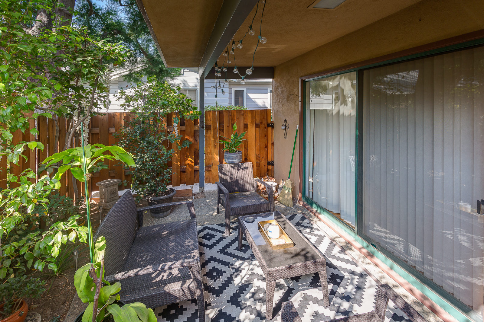 Patio of 6 unit apartment building for sale at 315 Pleasant St, Pasadena, CA 91101